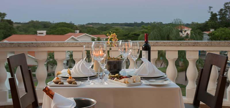 jantar-especial-para-casal-mesa-posta-com-vista-natureza